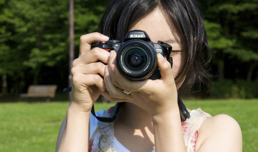 カメラを取る女性