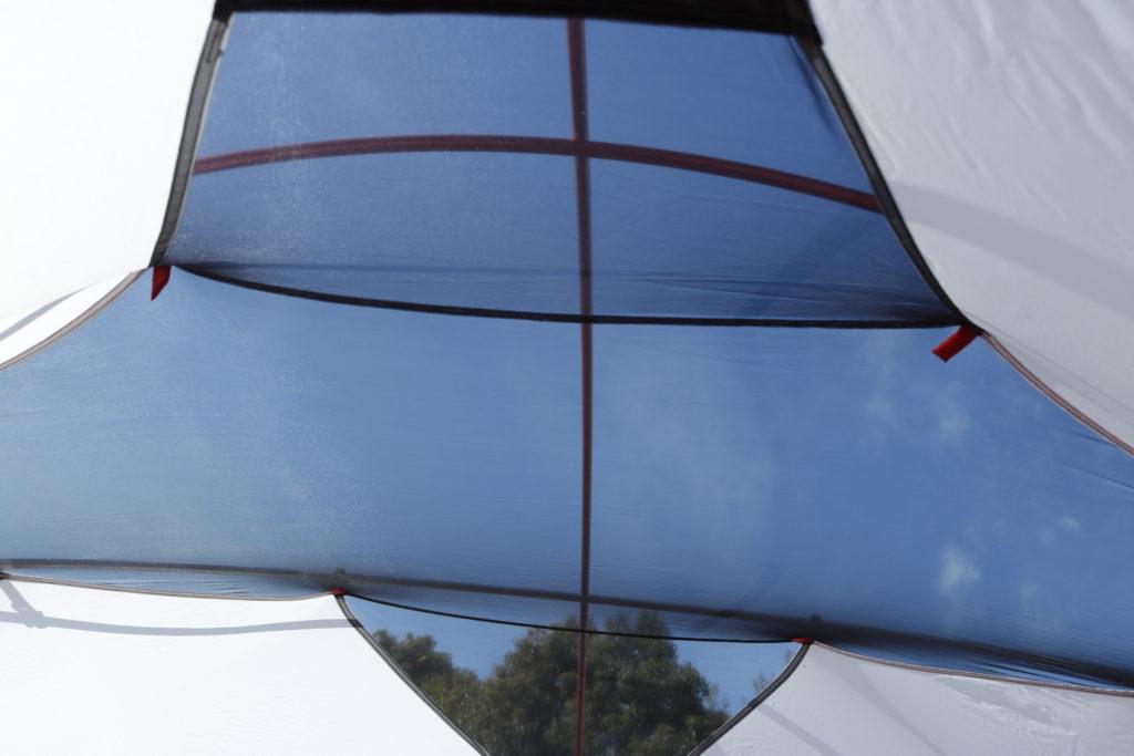 テント内側から見たメッシュ越しの青空