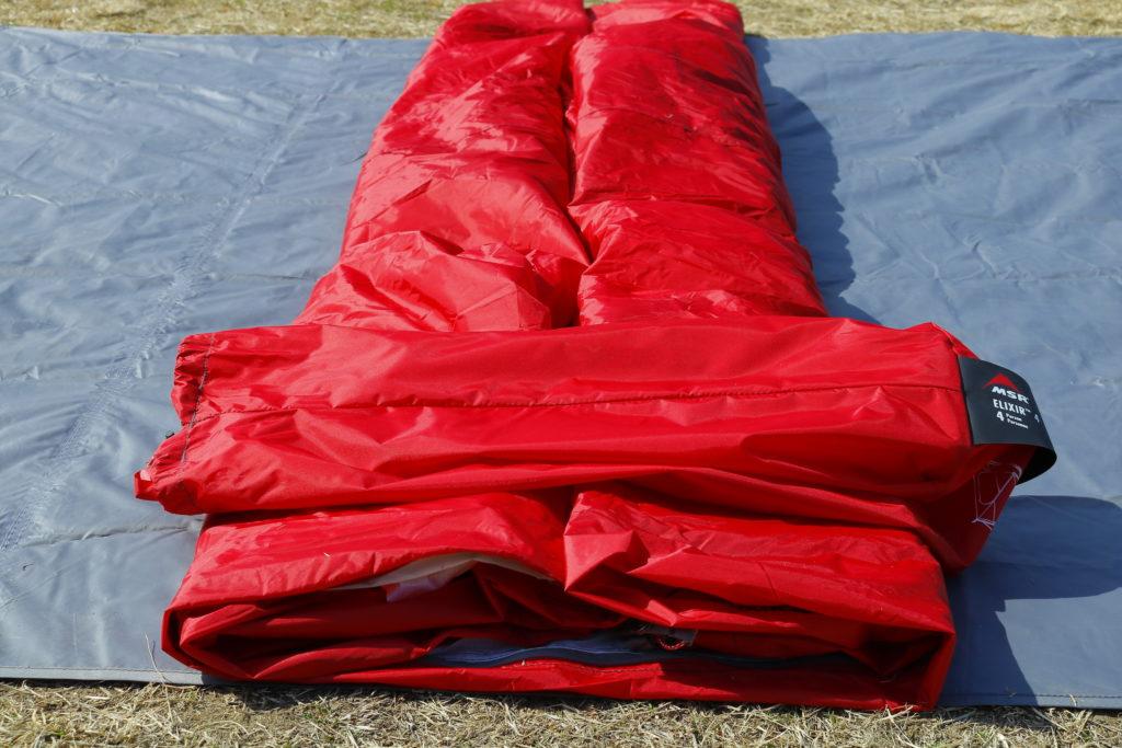 インナーテントを折り畳み収納袋の大きさに合わせる