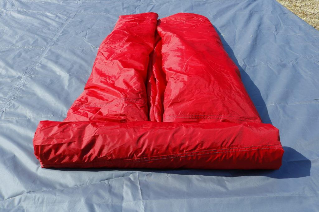 畳んだテントをクルクル巻いていく