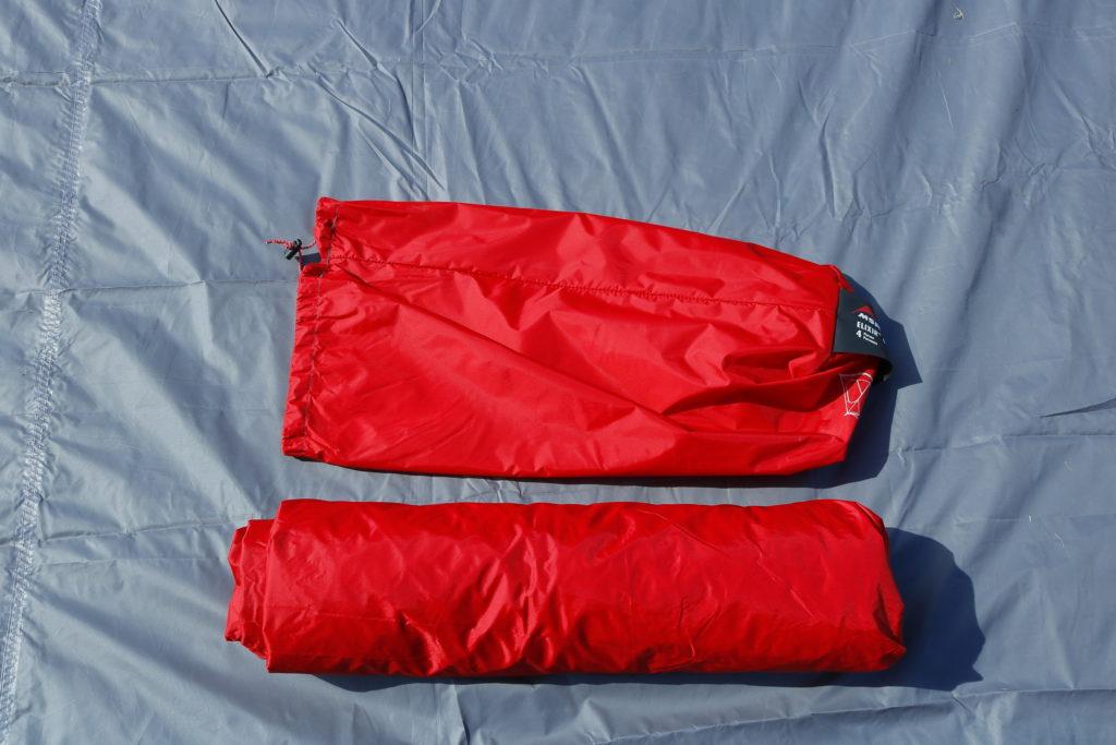 巻き終わったテントを収納袋にしまう