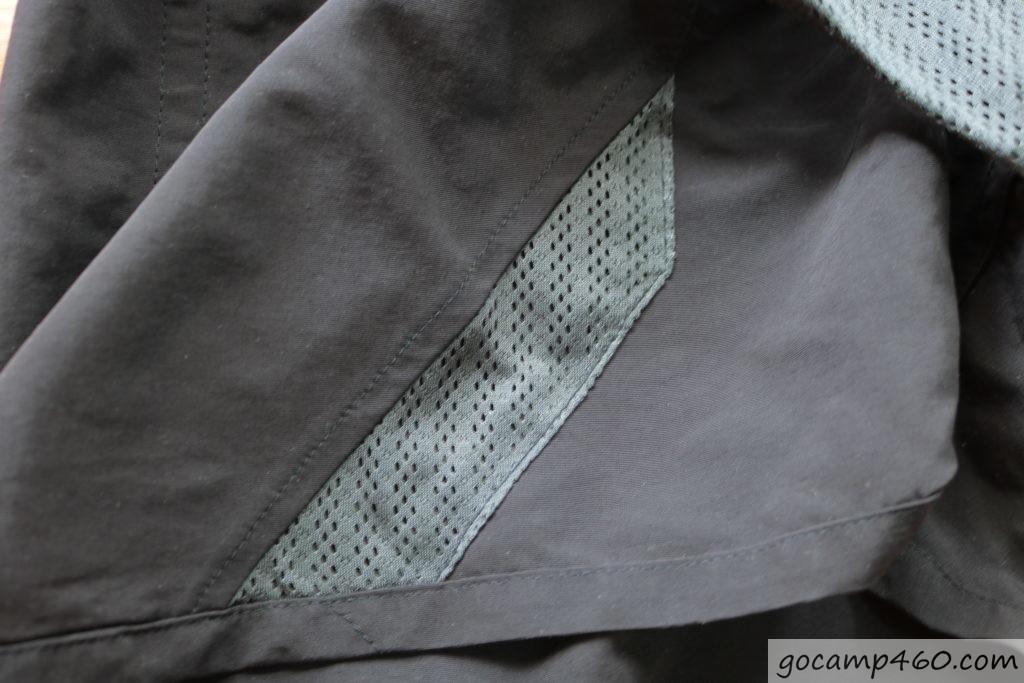 patagoniaのサイドポケットの内側がメッシュ加工で水を溜めない工夫