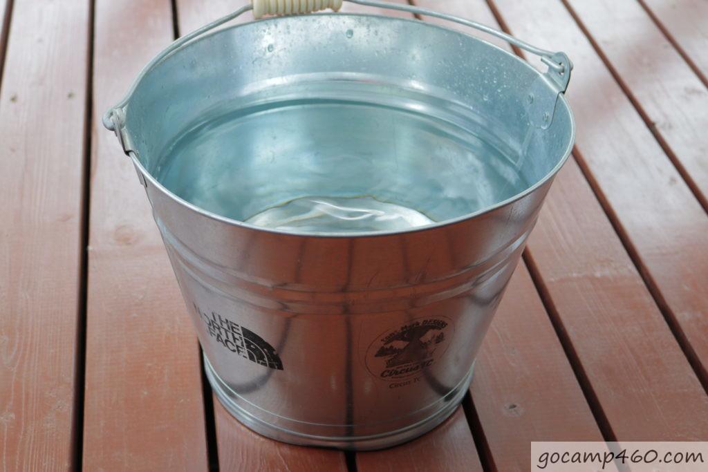 バケツをプール側にする為に水を入れた
