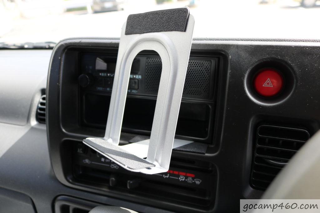 スマホ立てに使用している100均のブックエンドを車内へ固定