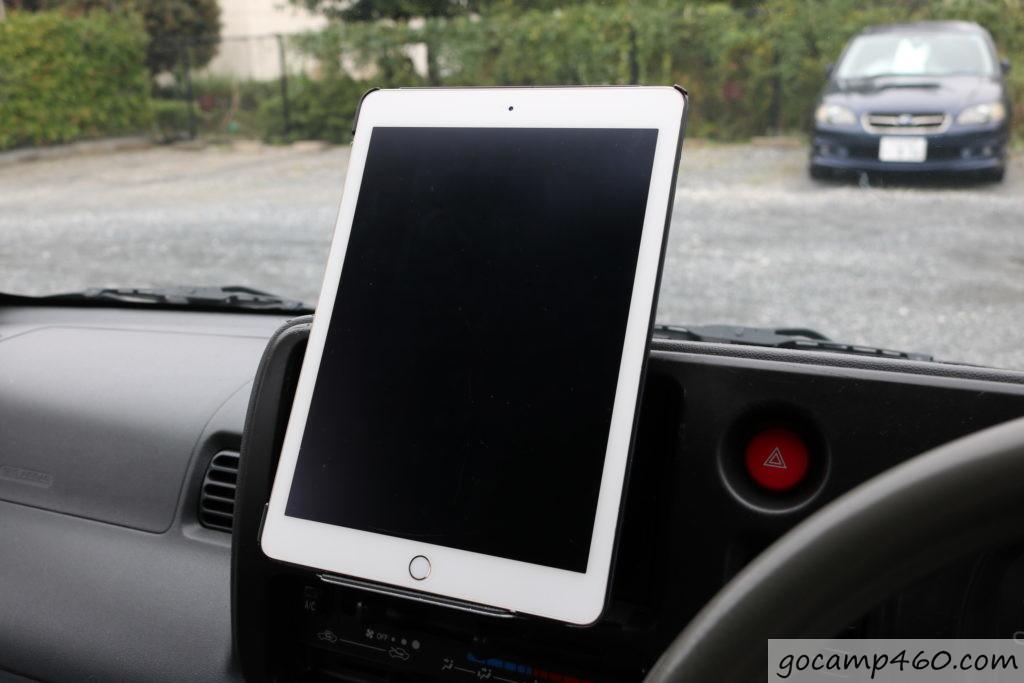 DIYした車載ホルダーにタブレットを縦置きしている