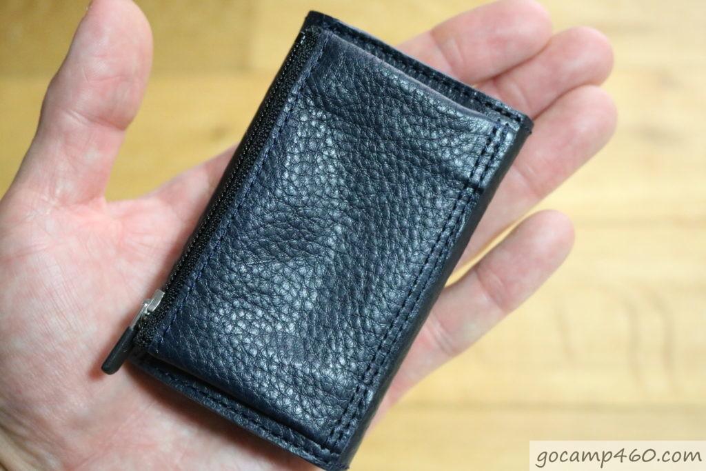 手の平サイズの財布を裏返し