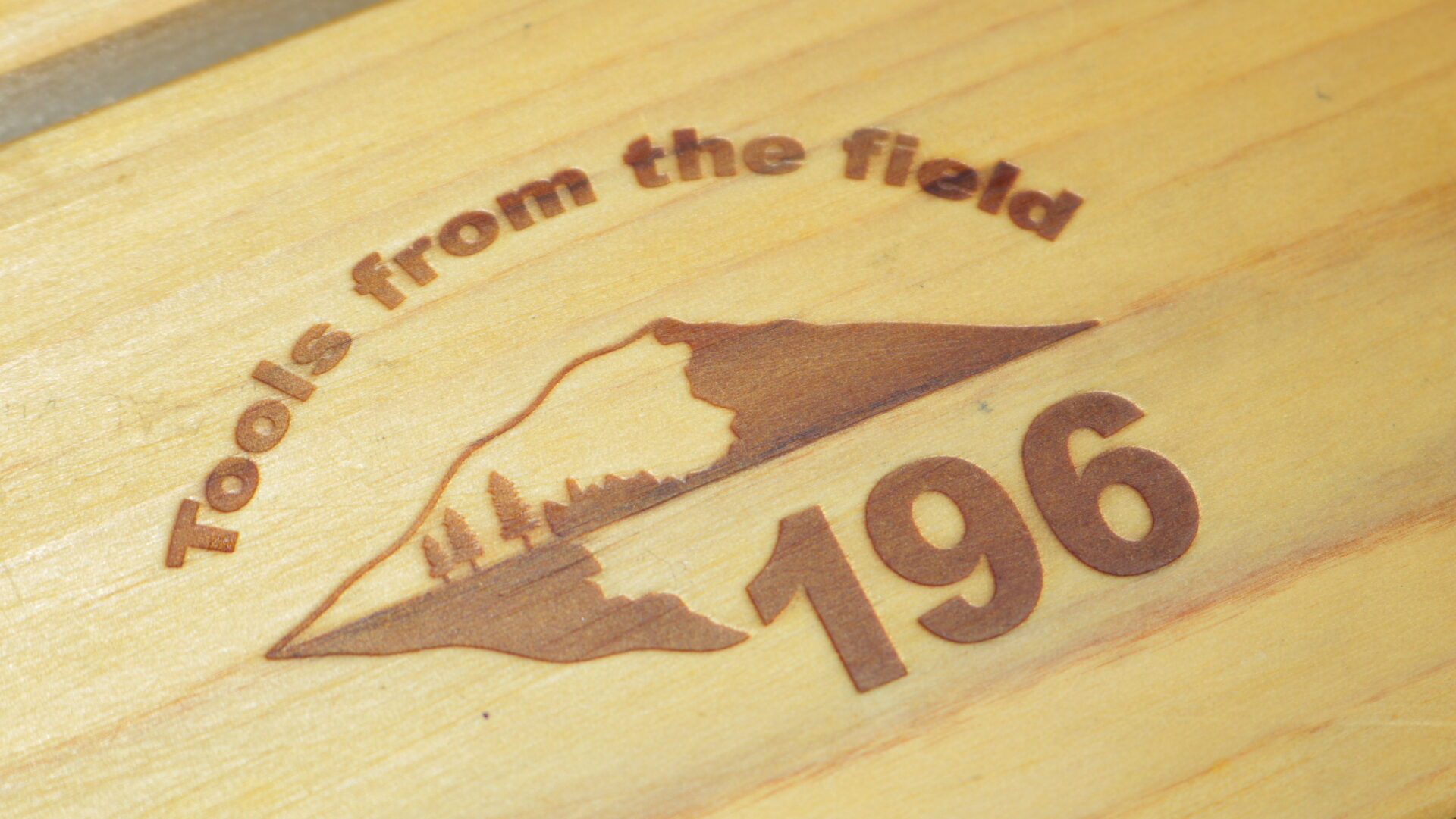196のテーブルの焼印ロゴ